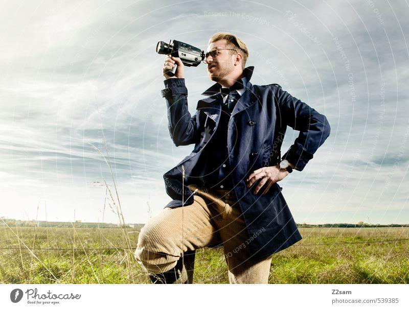 8mm CAMERA ON! Lifestyle elegant Stil Sommer Junger Mann Jugendliche 30-45 Jahre Erwachsene Natur Landschaft Himmel Wiese Mode Mantel Hemd Fliege Brille blond
