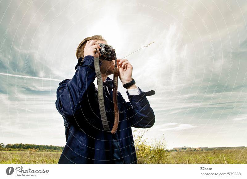 THE PHOTOGRAPHER Himmel Jugendliche Erholung Wolken Junger Mann Erwachsene Wiese Herbst Gras Stil Mode maskulin elegant Idylle blond Zufriedenheit