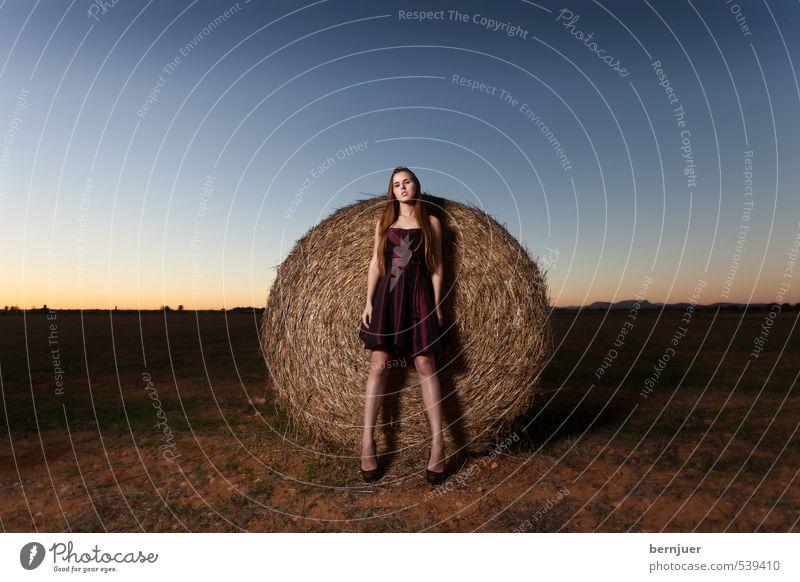 Ackerbau & Viehzucht Mensch Himmel Jugendliche blau Sommer rot Einsamkeit Junge Frau Landschaft 18-30 Jahre Erwachsene feminin Mode Feld elegant Erde