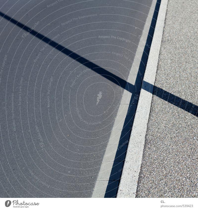 minimal Stadt Verkehr Verkehrswege Straßenverkehr Wege & Pfade trist grau Klarheit Asphalt Boden Bodenbelag Straßenbelag Straßenbau Linie Bürgersteig