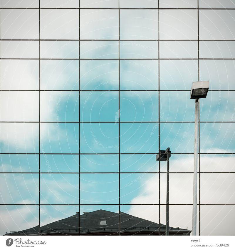 Paralleluniversum Haus Gebäude Fassade Dach Spiegel Straßenbeleuchtung Fliesen u. Kacheln Oberflächenstruktur kalt Stadt Partnerschaft modern Perspektive