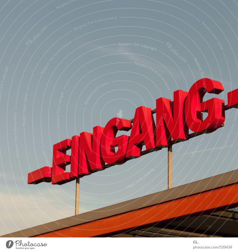 eingang Himmel Schönes Wetter Gebäude Architektur Schriftzeichen Schilder & Markierungen rot Vorfreude Freizeit & Hobby Eingang Eingangstor Veranstaltung