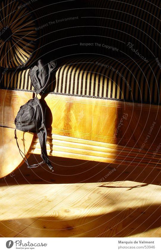 Damenbesuch... Holz Sofa Streifen Stoff Rolle Holzfußboden BH Polster Récamière