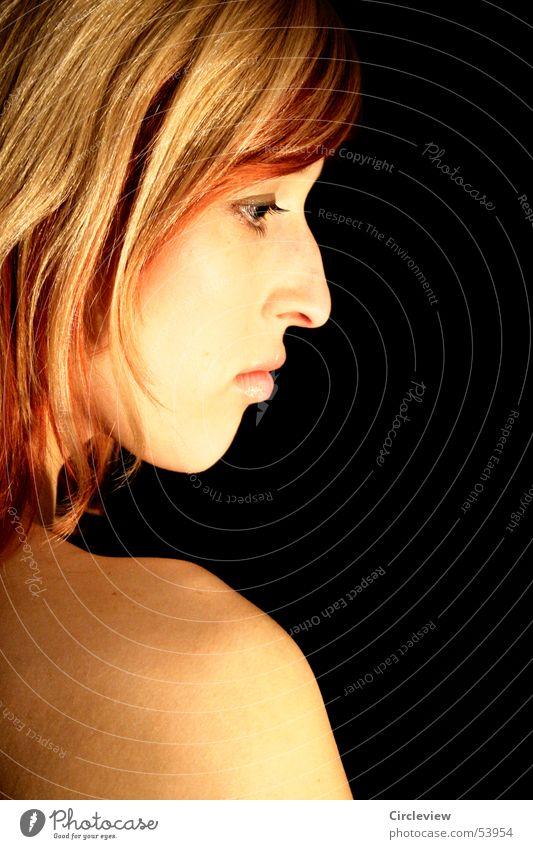 Nah, aber nicht greifbar... Frau Schulter schwarz schön Porträt Mensch Trauer Gedanke Gesicht Nase Auge Mund Haare & Frisuren Blick woman face nose eyes mouth