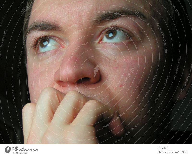 Bildschirm Gucker Mann Hand blau Gesicht Auge kalt Denken Mund Angst Haut glänzend maskulin Nase unten Bildschirm Wimpern