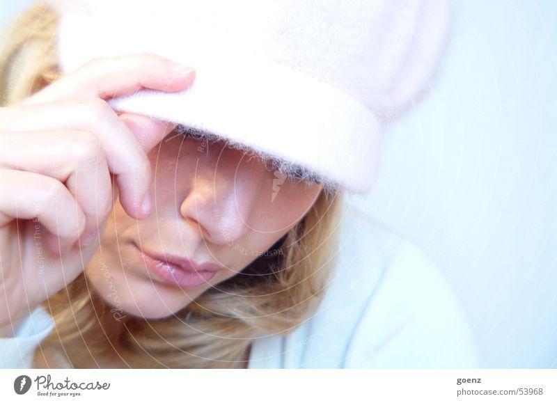 Word ! Frau schön blau Gesicht Auge kalt Mund blond rosa Beautyfotografie Model Körperhaltung weich zart Hut Mütze