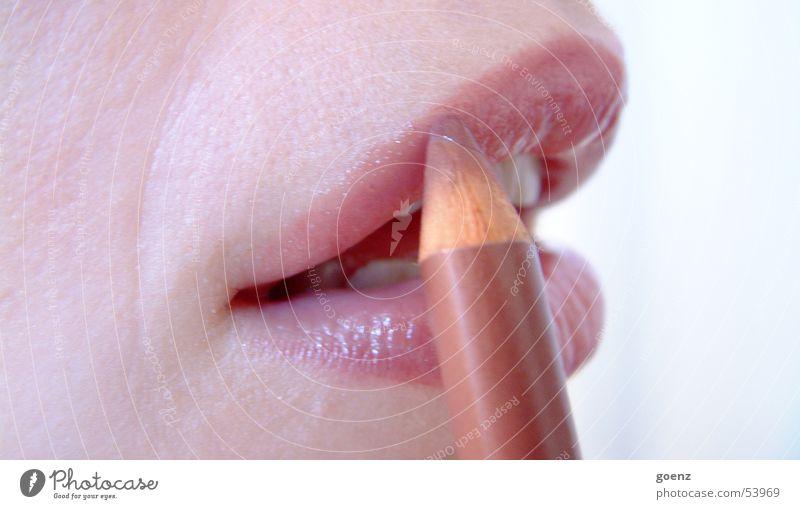 Saturday Night Frau schön Mund Zähne Lippen streichen Kosmetik Schminken Lippenstift