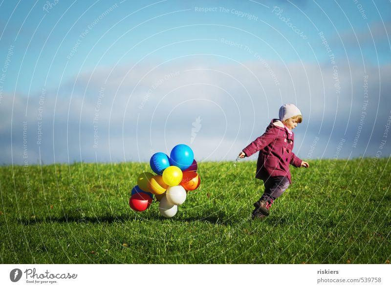 meine luftballons und ich Mensch feminin Kind Mädchen Kindheit Leben 1 3-8 Jahre Umwelt Natur Herbst Schönes Wetter Wiese Feld rennen wandern frei