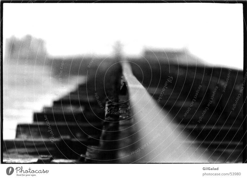 Schienen ins Nirgendwo weiß Einsamkeit Strand schwarz dunkel Küste Holz Metall Unendlichkeit Hafen Ende Gleise Schifffahrt Stahl Nordsee Spiekeroog