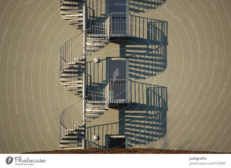 Wendeltreppenduo oben Gebäude Metall Tür hoch Treppe rund Eingang aufwärts Geländer Konstruktion abwärts Doppelbelichtung Ausgang