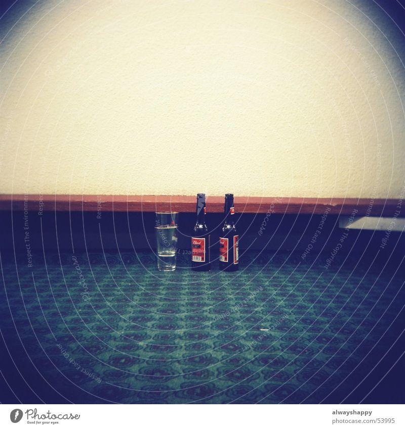 stranded in Amsterdam Einsamkeit Glas trist Bier Hotel Langeweile Teppich Frustration Alkoholsucht Lomografie Tunnelblick