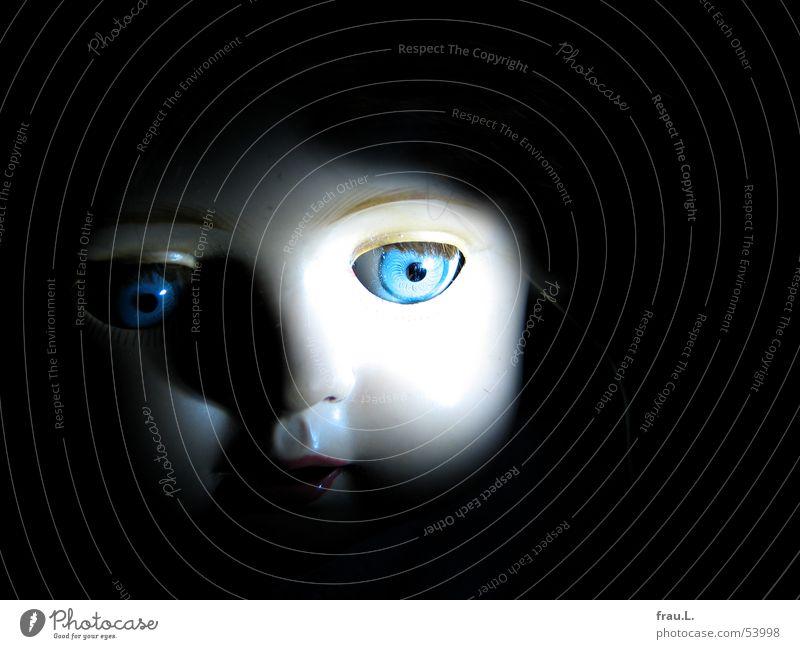 Rosemarie dunkel Wimpern Porträt unheimlich Spielen Kind Dinge Puppe Auge blau Blick alt Gesicht