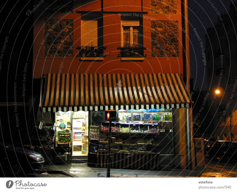 Gemüseladen in Meudon bei Paris Nacht Markise Licht Frankreich Europa Ladengeschäft Regen