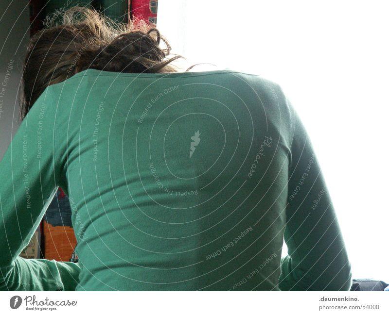 ...gezeichnet! Frau Tisch Arbeit & Erwerbstätigkeit Zettel Hand Licht Vorhang Fenster Schreibstift Schreibtisch Kreativität Haare & Frisuren Rücken