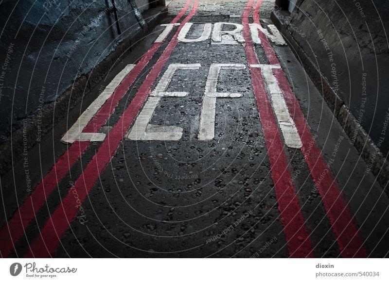 Linksabbieger London England Großbritannien Stadt Hauptstadt Stadtzentrum Menschenleer Verkehr Verkehrswege Straßenverkehr Ausfahrt Schriftzeichen
