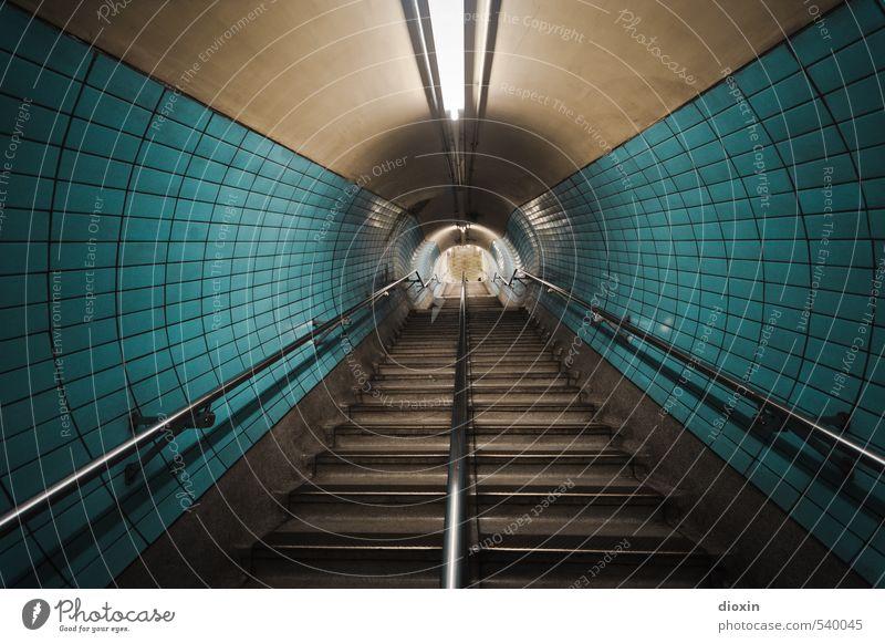 In die Röhre gucken Hauptstadt Stadtzentrum Menschenleer Tunnel Bauwerk Architektur Mauer Wand Treppe Treppengeländer Fliesen u. Kacheln Neonlicht Verkehr