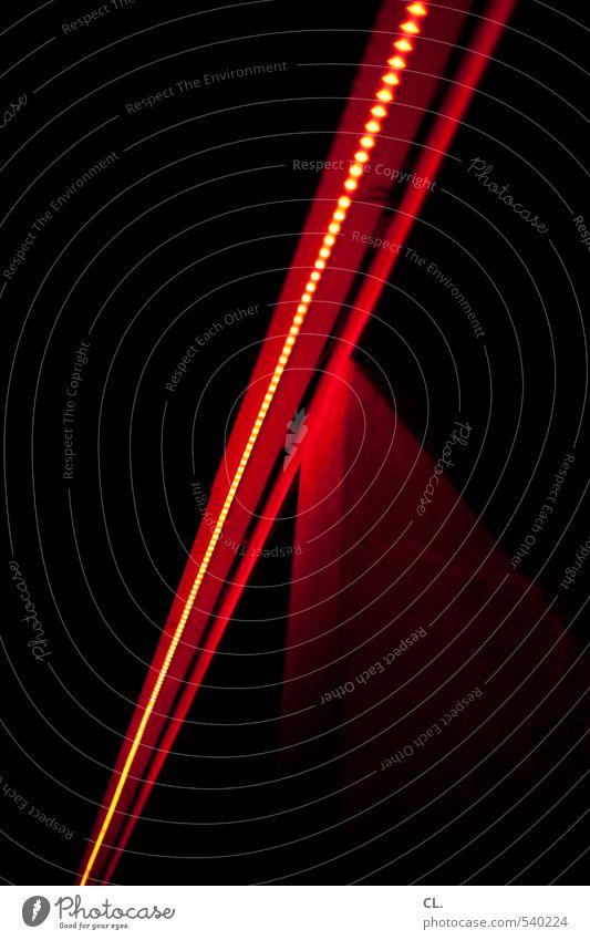 rote linie Menschenleer Gebäude Architektur Mauer Wand dunkel schwarz Perspektive Licht Lichterkette Linie Beleuchtung Farbfoto Außenaufnahme abstrakt