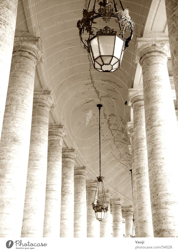Säulenpräsenz alt Lampe Wege & Pfade Italien Bauwerk historisch Rom Sightseeing Gotteshäuser Petersplatz