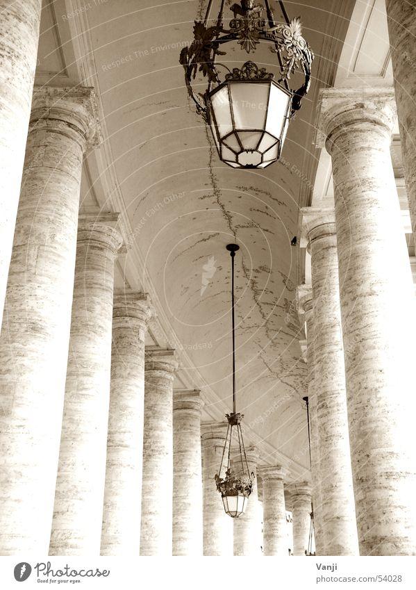Säulenpräsenz alt Lampe Wege & Pfade Italien Bauwerk historisch Säule Rom Sightseeing Gotteshäuser Petersplatz