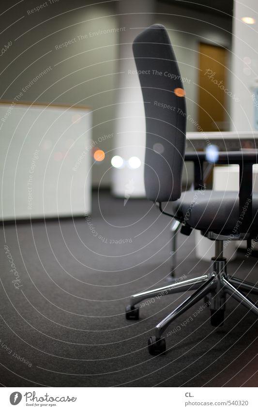 feierabend Büroarbeit Arbeitsplatz Unternehmen stagnierend Stuhl Stuhllehne Teppich Reflexion & Spiegelung Fensterscheibe Bürostuhl Schreibtisch Arbeitspause