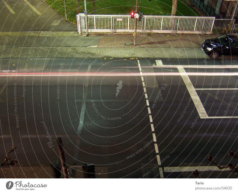 Drive on the line Nacht Ampel rot Beleuchtung Bürgersteig Geschwindigkeit Zaun weiß Licht Streifen Langzeitbelichtung Raser Autorennen gefährlich Außenaufnahme