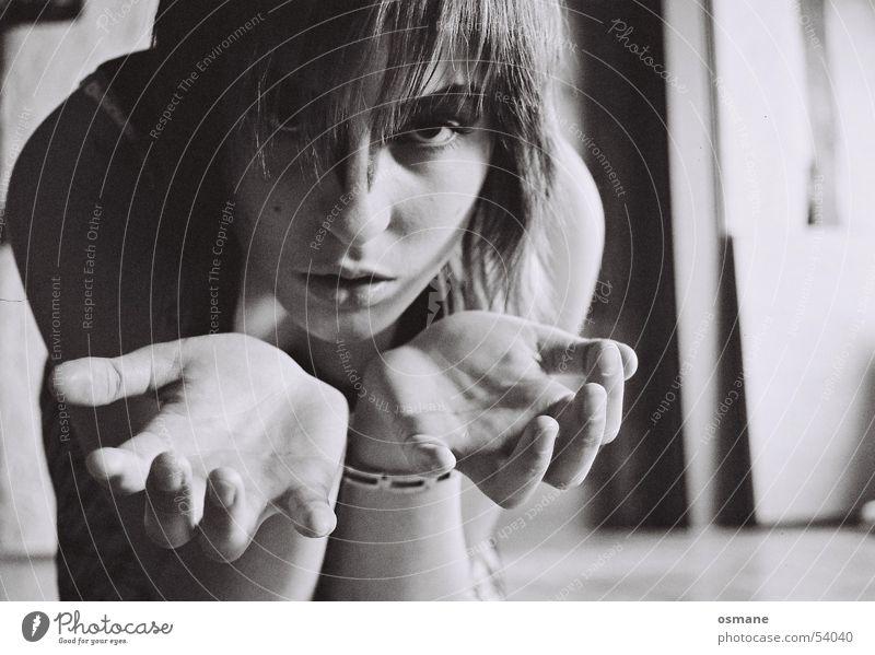 sarah Frau schwarz weiß Hand Licht Lippen Küssen Gesicht Schatten Arme