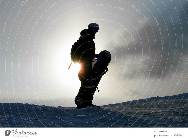 hm, wo muß ich jetzt hin? Snowboard Snowboarder Gegenlicht Wolken Schnee Skipiste Sonne Außenaufnahme tragen 1 Farbfoto Silhouette Wintersonne Wintersport