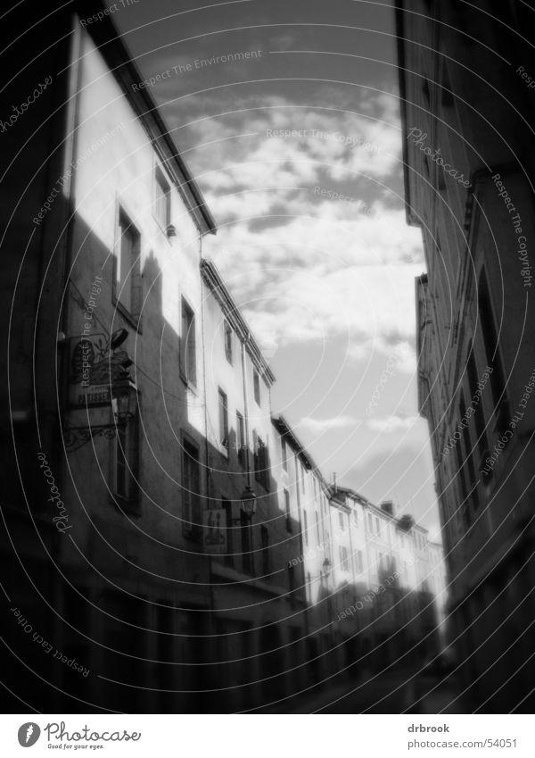 Französische Innenstadt Himmel weiß Sonne Stadt Haus schwarz Wolken Straße dunkel Fenster Wege & Pfade Glas Straßenverkehr trist Dach