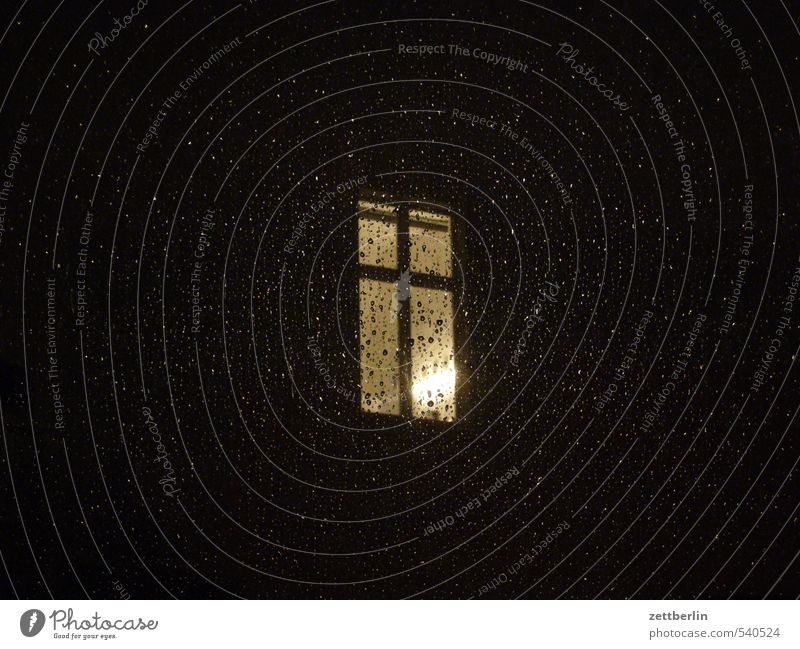 Etwas Regen zur Nacht Häusliches Leben Wohnung Raum Stadt Leuchtturm Bauwerk Gebäude Architektur Mauer Wand Fassade Fenster dunkel Liebeskummer Schmerz