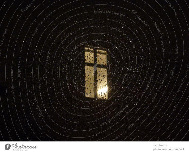 Etwas Regen zur Nacht Stadt Einsamkeit dunkel Fenster Wand Architektur Beleuchtung Gebäude Mauer Fassade Wohnung Raum Häusliches Leben Wassertropfen Regenwasser