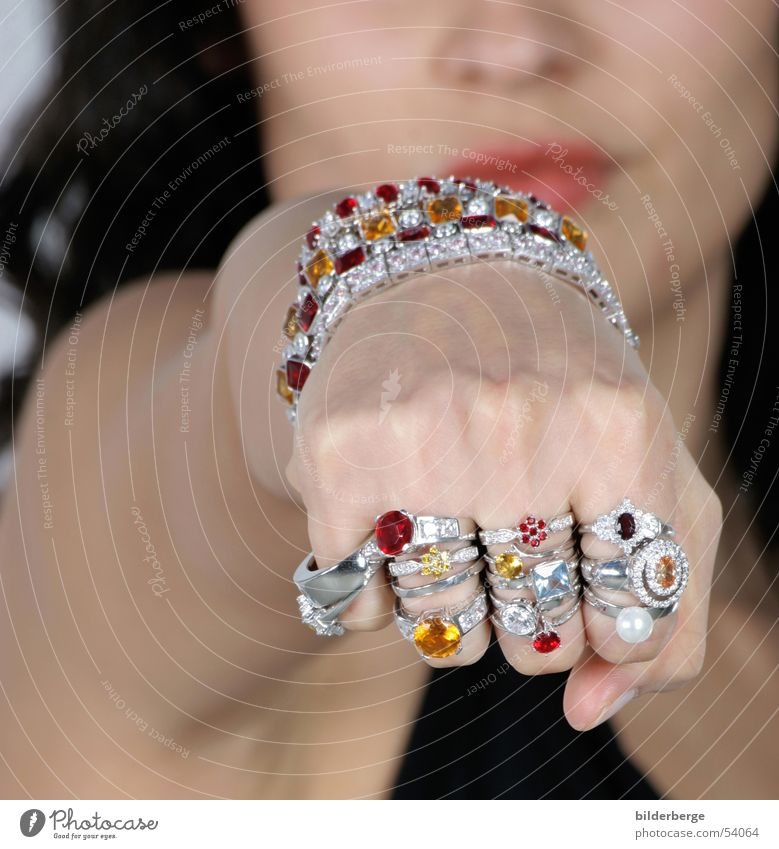 Schmuckpower Rubin Edelstein Goldlegierung Frau Geschenk Faust Hand glänzend feminin teuer Armband mehrfarbig Brillant Lippen Glamour Impuls ästhetisch prächtig