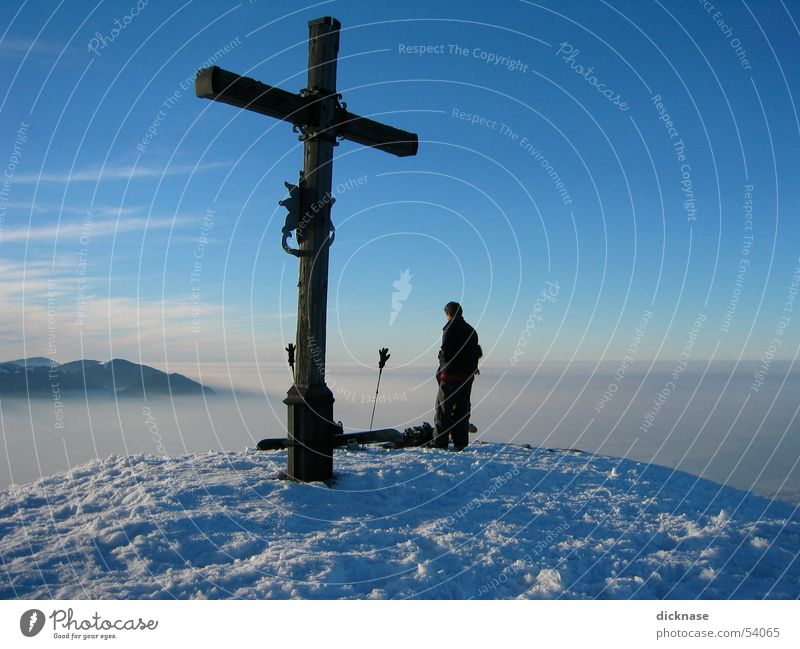 Gipfelkreuz am Heuberg nahe Rosenheim Mann Ferien & Urlaub & Reisen Ferne Schnee Berge u. Gebirge Nebel entdecken Blauer Himmel Bergsteiger alpin besteigen