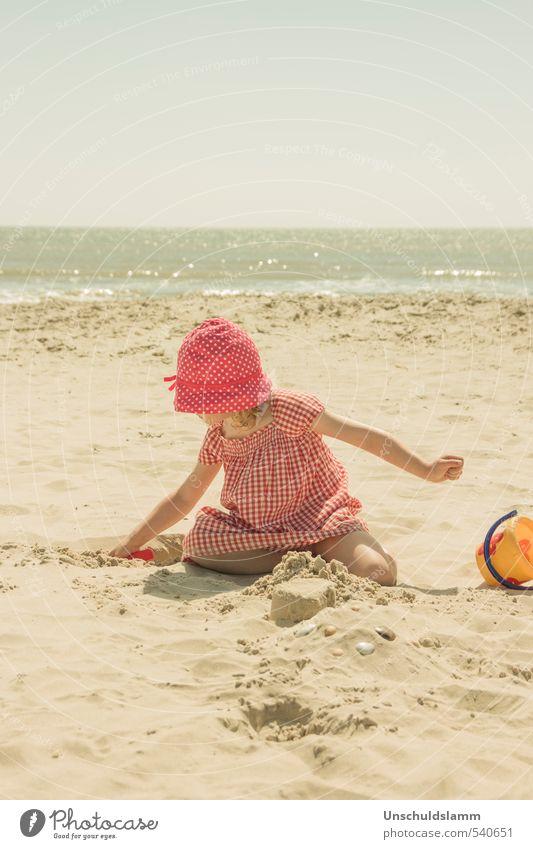 Sanfte Brise Mensch Kind Ferien & Urlaub & Reisen schön Sommer Meer Erholung ruhig Mädchen Freude Strand Leben Spielen Glück hell Idylle