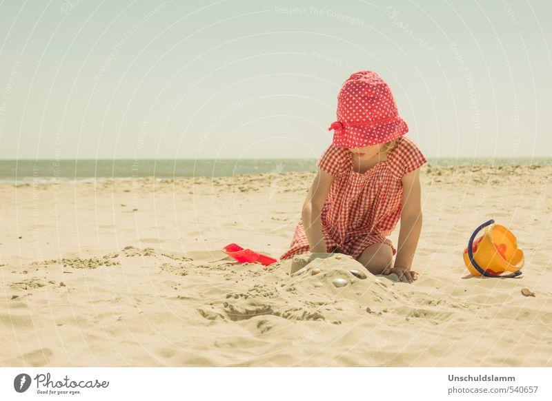 Zeit am Meer Mensch Kind Ferien & Urlaub & Reisen schön Sommer rot Erholung Mädchen Strand Leben Spielen Sand hell Freizeit & Hobby Idylle