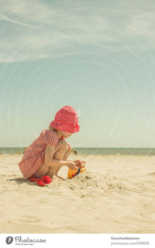 Unendlich Sommer Kind Ferien & Urlaub & Reisen Farbe Sonne Meer rot Erholung Mädchen Freude Strand Leben Spielen Sand hell Idylle