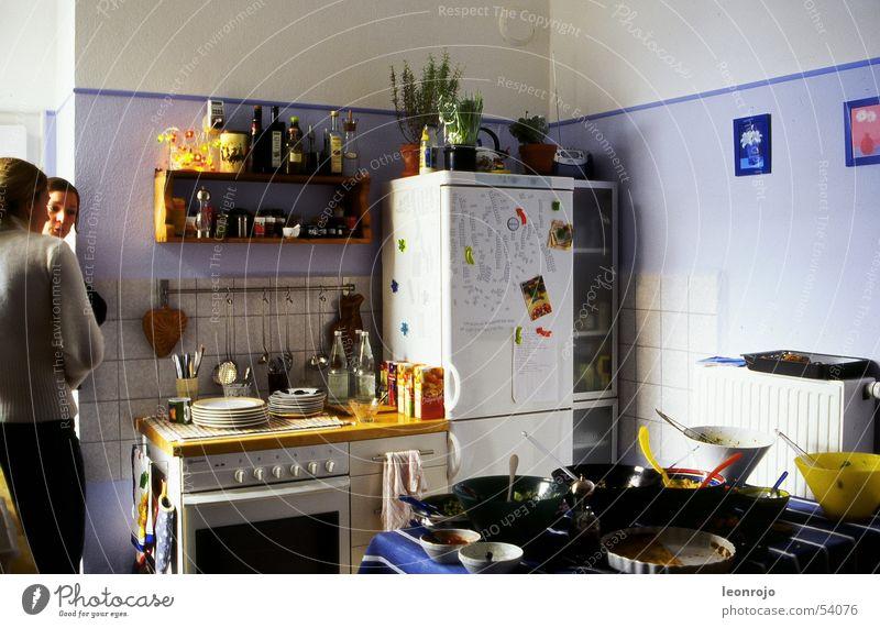 Eine typische Szene in der WG Küche wg-alltag WG-Küche WG-Freude Wohngemeinschaft Mitbewohner Büffet Herd & Backofen Kühlschrank wohngemeinde Frühstück Brunch