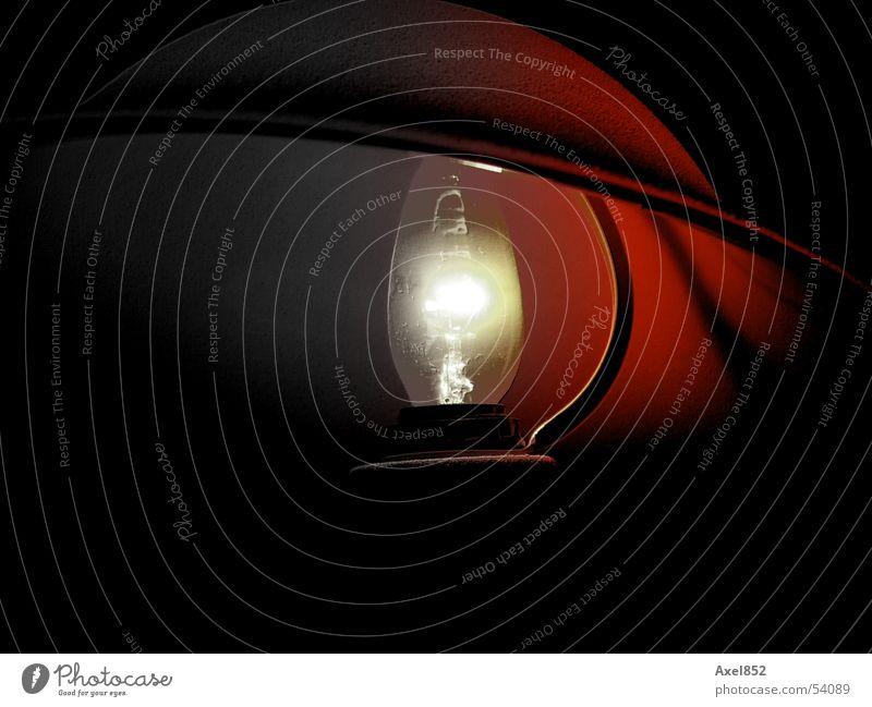 Tischlampe Elektrisches Gerät Lampe Elektrizität Licht strahlend rot grau schwarz weiß dunkel Möbel Innenaufnahme Kabel Elektronik Energiewirtschaft hell
