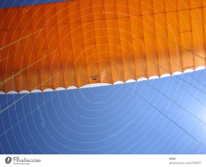 Airborne Colors betriebsbereit Gleitschirm Gleitschirmfliegen Farbenspiel himmelblau Starterlaubnis orange Kontrast Kontrollblick Schauinsland Sport Luftverkehr