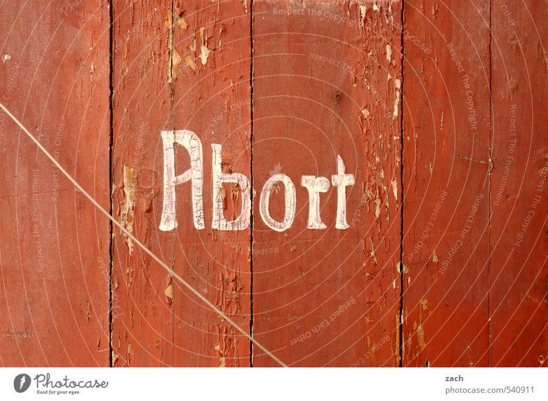 Sanitäre Vorrichtung zur Aufnahme von Körperausscheidungen alt rot Haus Holz Linie Fassade Häusliches Leben Schriftzeichen Sauberkeit Zeichen Bad Verfall