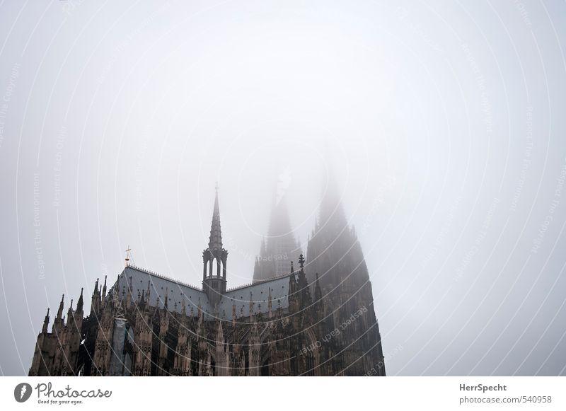 Nebelsuppe mit Dom Himmel Herbst schlechtes Wetter Köln Kirche Turm Bauwerk Gebäude Architektur Dach Sehenswürdigkeit Wahrzeichen Kölner Dom alt ästhetisch