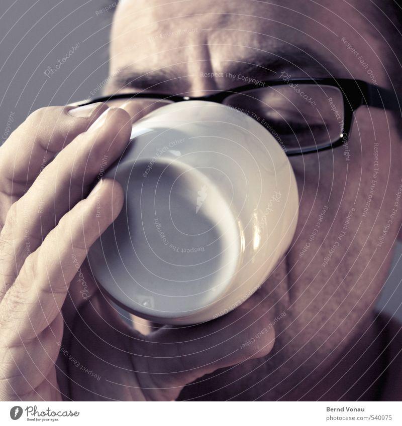 Guten Morgen! Mensch maskulin Mann Erwachsene Finger 1 45-60 Jahre Zufriedenheit Beginn Kaffee Tasse weiß schwarz Brillenträger Falte Fingernagel Keramik