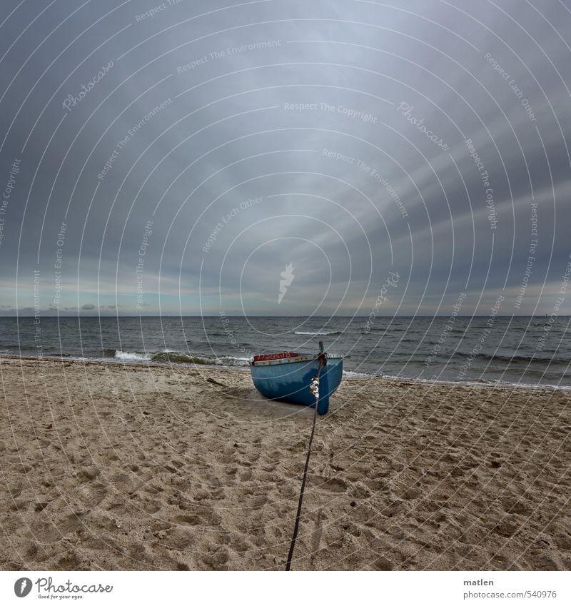 lange Leitung Landschaft Sand Wasser Himmel Wolken Gewitterwolken Horizont Herbst Klima schlechtes Wetter Wellen Küste Strand Meer Menschenleer Fischerboot blau