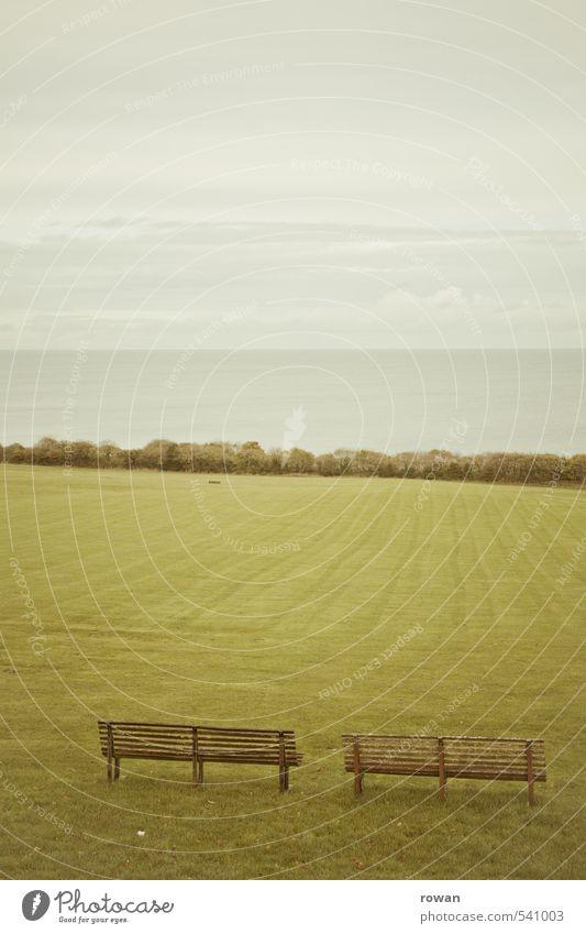 weite Natur Landschaft Nebel Gras Park Wiese ruhig Bank leer Ferne Erholung Meditation Meer Horizont Luft Rasen Farbfoto Gedeckte Farben Außenaufnahme
