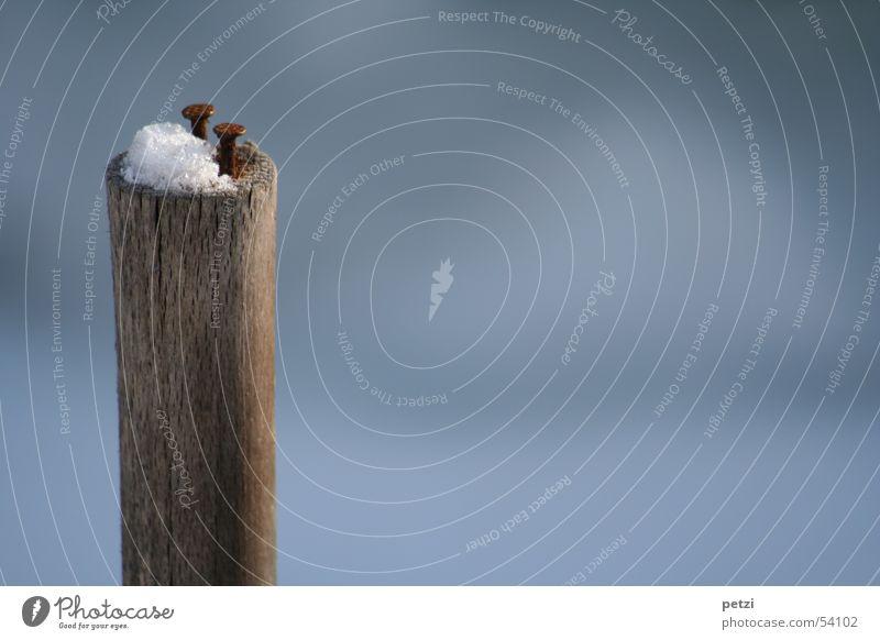 Die aufrechten zwei alt weiß blau Einsamkeit Schnee Holz 2 rund Riss Pfosten wenige Nagel Haufen Maserung