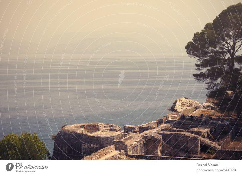 Festung und Festland Korfu Griechenland Europa Stadt Hafenstadt Stadtrand Bauwerk alt blau braun grau grün schwarz Baum Mauer Ruine Meerwasser Aussicht Treppe