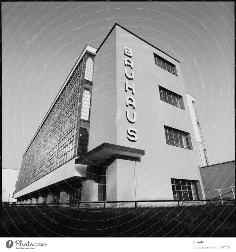 Bauhaus Dessau Kunst Beton Tradition Weltkulturerbe mies van der rohe kandinsky Glas gropius Architektur Schwarzweißfoto Glasfassade modern Moderne Architektur