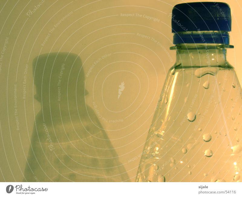 Flasche leer? Getränk grün Schatten Gully Wasser Wassertropfen Statue pet blau