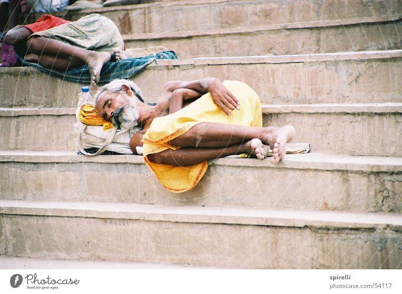 sleep schlafen ruhen Indien Asien Bart gelb Varanasi Hinduismus Religion & Glaube Siesta Staub Barfuß Erholung beard nap steps dreckig dirt dirty poor Arme Erde
