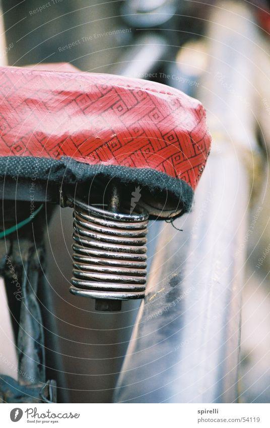 roter Bezug alt springen Fahrrad Metall Verkehr Kraft sitzen Feder Indien Spannung Spirale Oldtimer bequem altehrwürdig