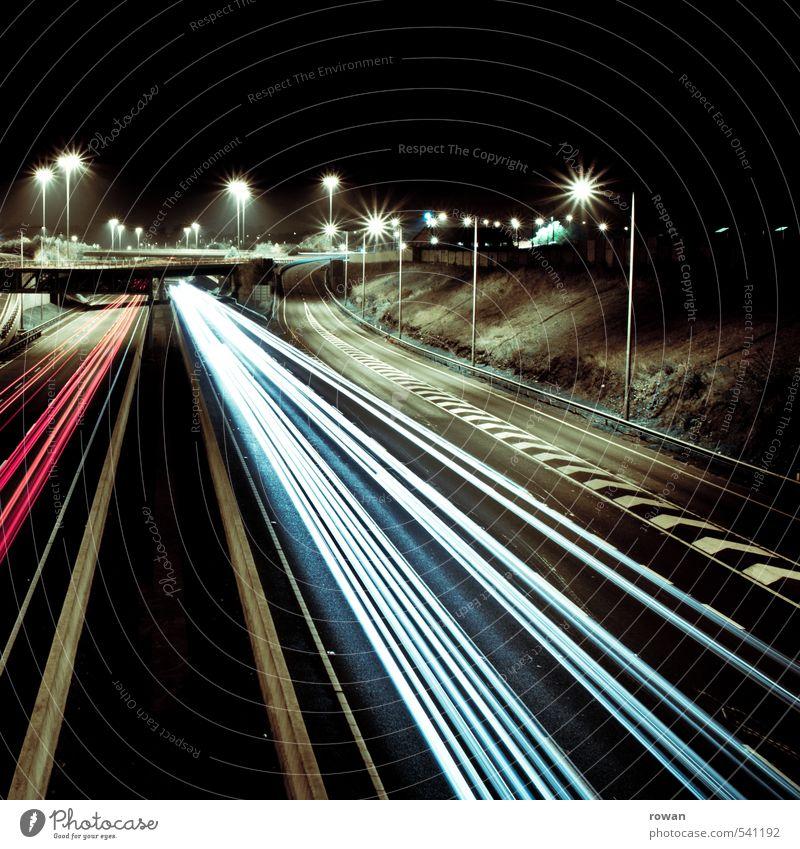 speed Verkehr Verkehrsmittel Verkehrswege Personenverkehr Autofahren Straße Autobahn Fahrzeug PKW Geschwindigkeit Bewegung Nachtfahrt Linksverkehr Streifen